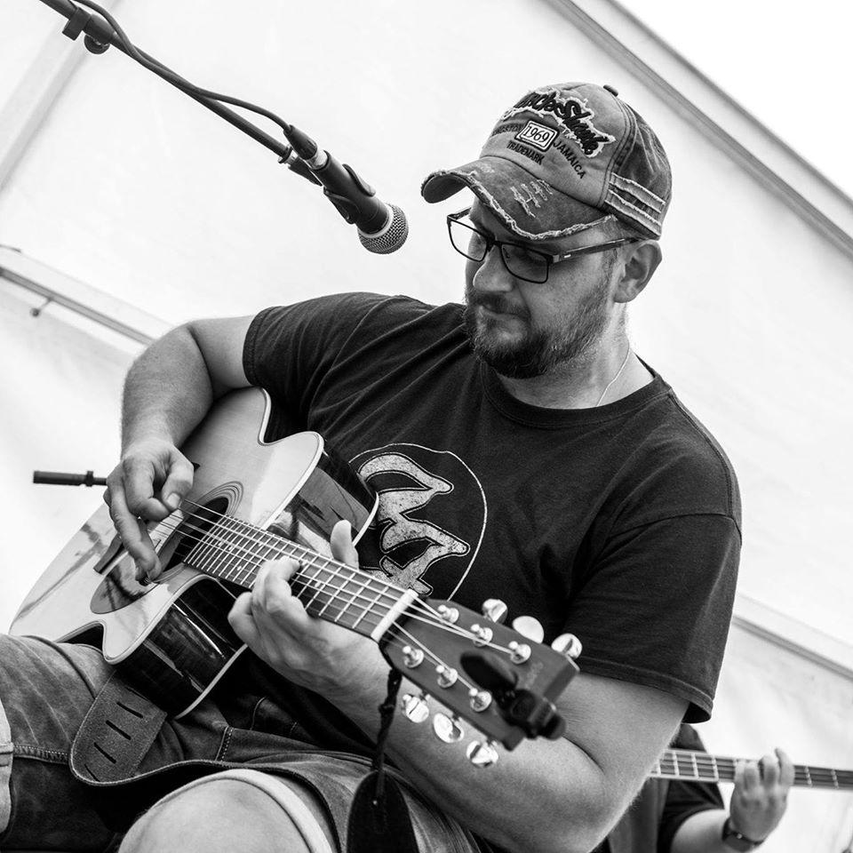 Foto von ProMusic Claus Pingist mit Gitarre